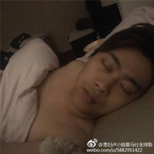 柚柚妹爆55开床照 罕见素颜曝光 网友直呼李易峰
